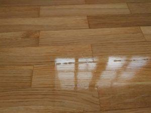 Reacciones a causa de la cera en un poliuretano al disolvente brillo